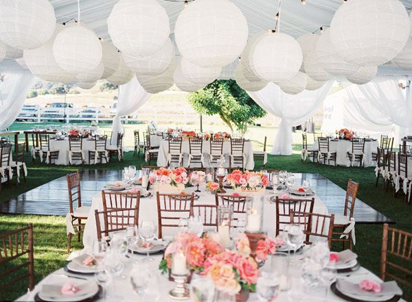 Inspired by these coral wedding ideas inspired by this - Decorations de mariage ...