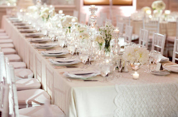 Inspired by these classic white weddings inspired by this - Mesas de boda decoradas ...